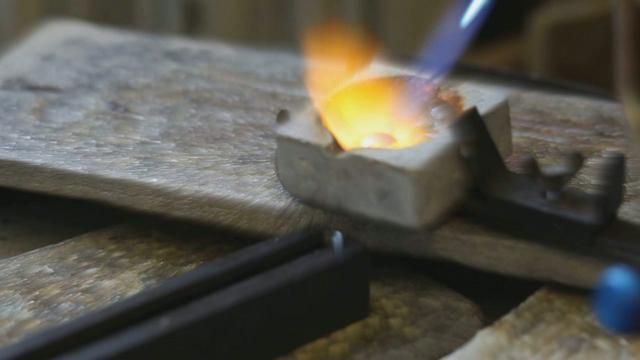 A few hours with James Newman and his team in their jewellery workshop, condensed into just a few minutes.  Capturing the poetry of jewellery in the making.    My first Canon 5d movie edited in Sony vegas 9    Music by Cinematic Orchestra