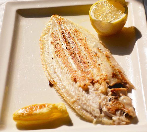 Belle sole à la plancha sèche, seul ou à partager dans les restaurants parisiens Vin & Marée (75007 - 75011 -  75014 - 75016) #food #sole #fish #poisson