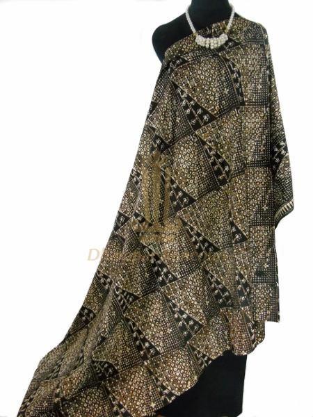 IDR: 150k | Kain Batik Cap | Motif: Kambil Secuwil | Ukuran kain: 2m X 1,15m | Kode: 334 | Note: Item dijual tidak termasuk kalung yang terlampir di foto. #batik #dhamparkencono #solo #indonesia #boutique #batikcap
