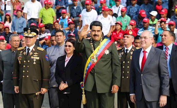 Maduro es atacado con objetos y abucheado en un desfile militar en Venezuela