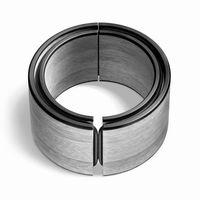 Armband van Bruno Ninaber!  Het aan- en uitdoen van een sierraad, is het thema bij de armbanden. Twee materialen met verschillende eigenschappen die elkaar ontmoeten. Twee essen-multiplex cirkelhelften worden bijeengehouden door een doorlopend rubberen koord. De stabiele vormdelen scharnieren door het elastische rubber. Een stoere, lichtgewicht armband.