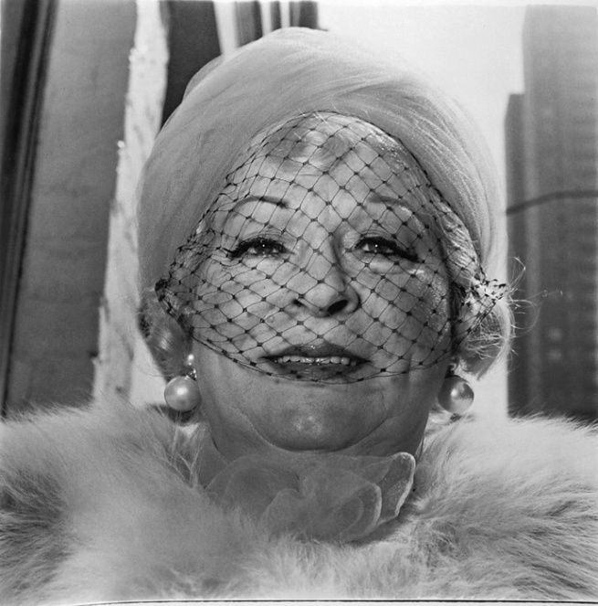 diane-arbus-woman-with-veil-on-fifth-avenue-nyc-1968.jpg (655×663)