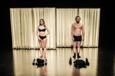 Sekser til Kvinne kjenn din kropp. Spilles på Nøtterøy Kulturhus torsdag 21. april.