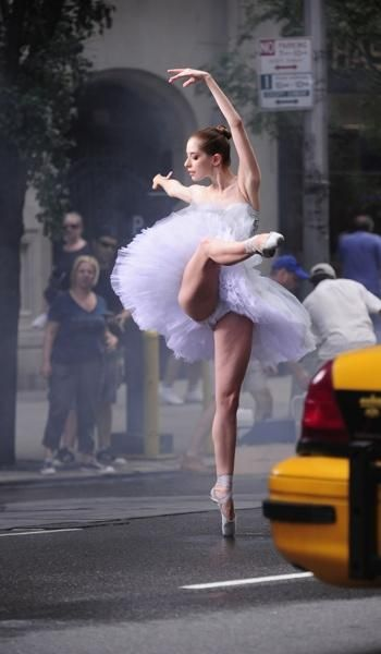 Ballerina dancing in the street. Ballet beautie, sur les pointes !