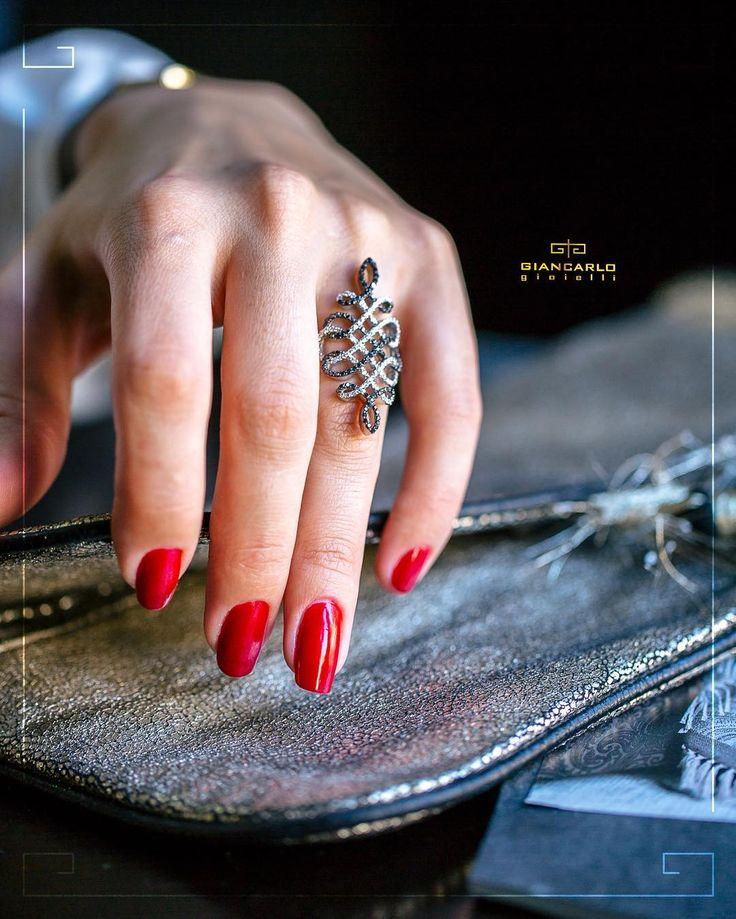 Благодаря гармоничному сочетанию бриллиантов двух цветов это изящное кольцо из белого золота одинаково идеально подойдет как к повседневному так и вечернему наряду!  Белое золото вес - 1106  грамм проба - 750 Белые бриллианты вес - 061 карат/83 шт. Черные бриллианты вес - 076 карат/ 93 шт. #jewellery #giancarlogioielli #ring #diamond #beauty #women #vscogood #vscobaku #vscocam #vscobaku #vscoazerbaijan #instadaily #bakupeople #bakulife #instabaku #instaaz #azeripeople #aztagram #Baku…