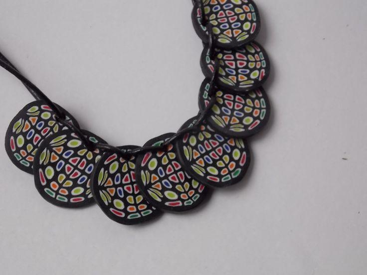 black+and+colors+efektní+náhrdelník+z+polymerové+hmoty+na+dvojité+tenké+černé+kůži,+pohodlné+zapínání,+délka+58+cm,+vel.+jednotl.koleček+2,5+cm+v+další+nabídce+najdete+i+náušnice+ve+stejném+designu