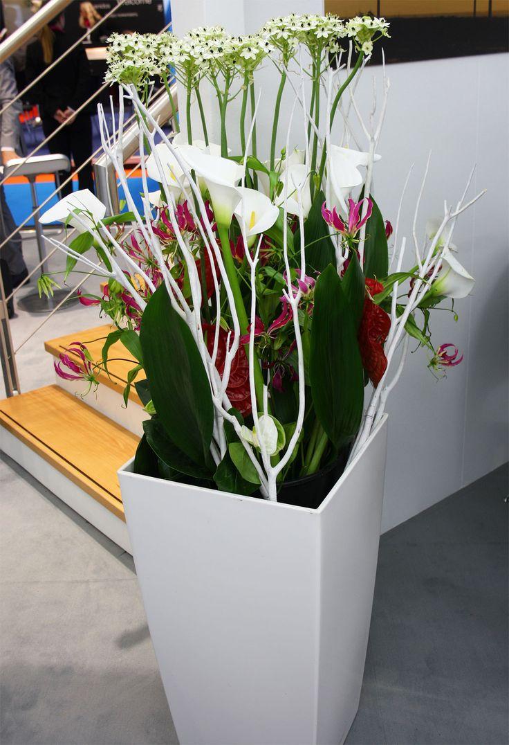 weiße Bodenvase mit Callas, Dekoration und Raumelement für Messestand auf der Windenergy Hamburg
