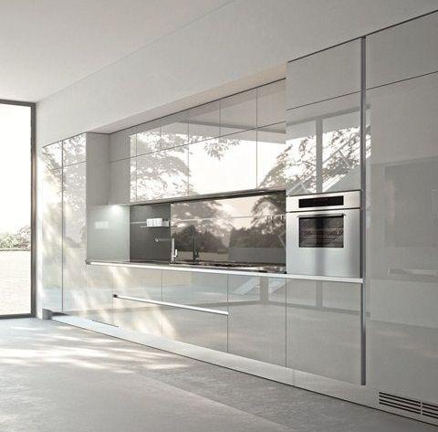 Modern konyhabútorok, minimál konyhák tervezése és gyártása. Magasfényű konyhabútor, akril konyhabútor, üveg munkalap, corian, kerrock munkalapok.