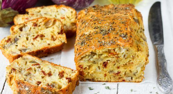 Ένα πεντανόστιμο αλμυρό κέικ με μελιτζάνα, λιαστές ντομάτες και τυρί. Ένα μεσογειακό, πρωτότυπο κέικ με ιδιαίτερη απολαυστική γεύση για όλες τις ώρες της