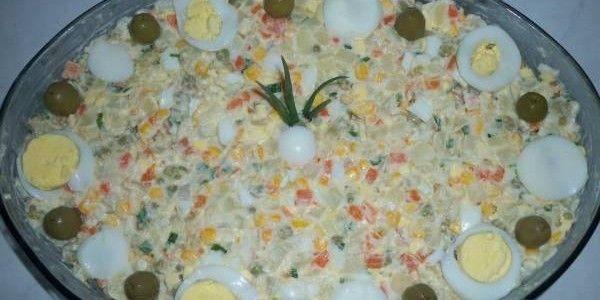 Ingredientes: 1 kg de batatas cortadas em cubos pequenos 3 cenouras médias cortadas em cubos pequenos 1 punhado de vagem cortada grosseiramente 1 lata de ervilhas em conserva 1 lata de milho em con...