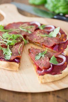 Dit is echt de allerlekkerste paleo pizza! Gemaakt van tapioca meel en belegd met salami.