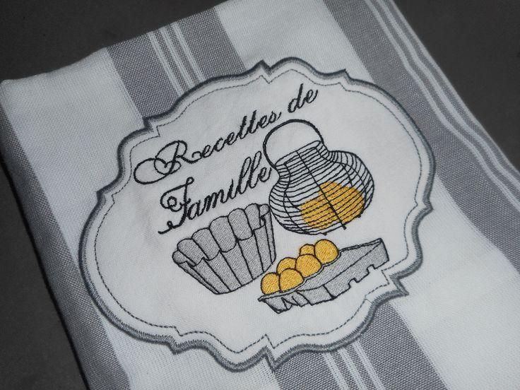 """Torchon brodé """"recettes de famille"""" blanc, gris, broderie machine, rayures, oeuf, moule à brioche, panier à oeufs : Cuisine et service de table par miss-coopecoll"""