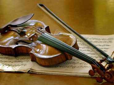 "A Stradivarius ""Ex-Nachez"" made in the year 1716 by famed Italian violin maker Antonio Stradivari (Reuters/Christian Charisius)"