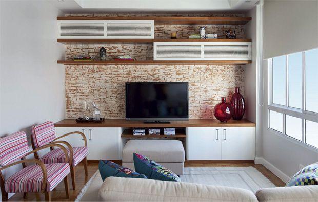 parede com tv e armarios