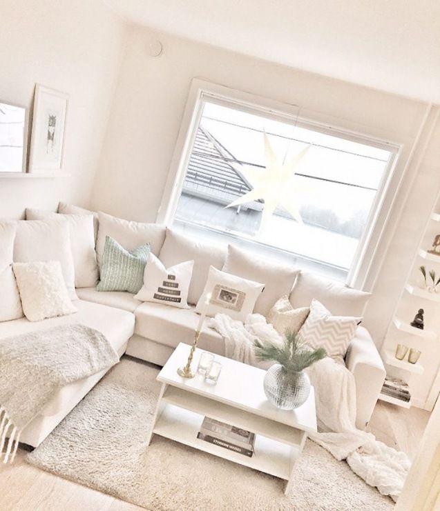 W salonie całkiem dużą sofę ulokowano w rogu, tworząc w ten sposób klimatyczny kącik wypoczynkowy. Jej obicie jest...