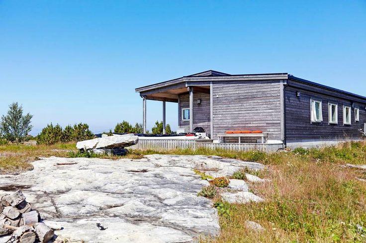 GRÅ SOM BERGET: Selv om hytta bare er fem år gammel, har den et betydelig gråstenk. Fasaden er behandlet med jernvitriol, slik harmonerer den bergets gråfarge.