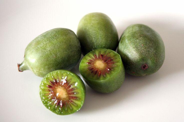 「キウイベリー(Kiwi Berry)」 サルナシの果実でキウイフルーツの仲間です。 ミニキウイあるいは、ベビーキウイ、デザートキウイ、カクテルキウイなどと呼ばれています。 サルナシは、日本の山にも自生しているので、近縁自生種の果実も存在します。 熟度を見極めてから収穫し出荷されるので、柔らかくとても甘味があります。 皮は無毛で薄く、皮ごと食べられます。