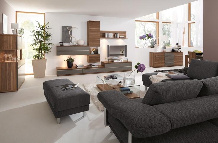 Für Modemacher ist Greige (auch Grau genannt) die neue IN-Farbe. Wer diese nicht nur gern am Hals oder Körper zur Schau trägt, sollte dies auch in seinen vier Wänden tun. Graue Couch zu nussfarbener Einrichtung? Aber bitte gern. Besonders grau-tauglich sind Räume mit hohen Decken und viel Licht. Kombiniert mit Stehleuchten in Weiß und Chrom-Optik, Glas- und Steingutvasen soie kubistischen Sofatischen ist Grau definitiv ein Ton für moderne Wohnungen und Häuser.