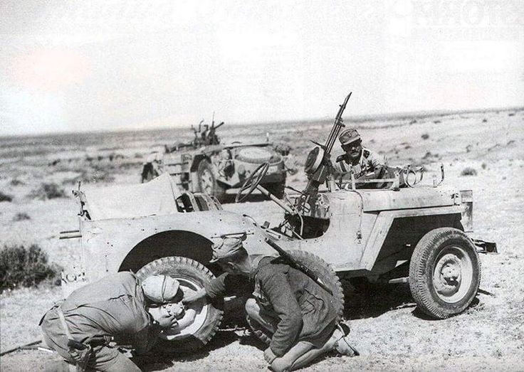 """🇮🇹Tunisia, 1943. L'equipaggio di una SPA """"Sahariana"""" esamina un fuoristrada inglese abbandonato nel deserto. 🇬🇧Tunisia, 1943. The crew of a SPA """"Sahariana"""" examines an allied jeep abandoned in the desert. Pin by Paolo Marzioli"""