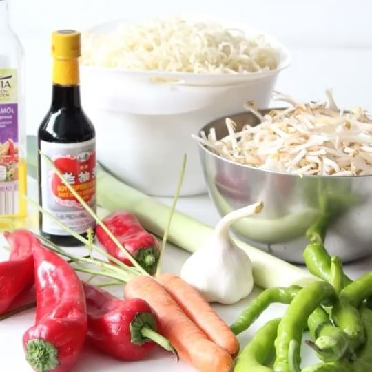 Asia Nudeln🍜 . Menge der Zutaten ist ganz euch überlassen. Mie Nudeln und frische Sojasprossen aus dem Asiamarkt🛍 . Alles nach einander in heißem Sesamöl anbraten♨️ Mit Salz/Pfeffer und Sojasoße abschmecken.. lecker😋 #we5iveküche #asianfood #asia #asiafood
