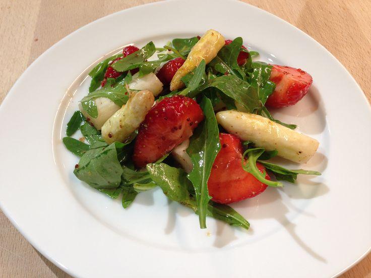 Spargelsalat mit rucola und tomaten