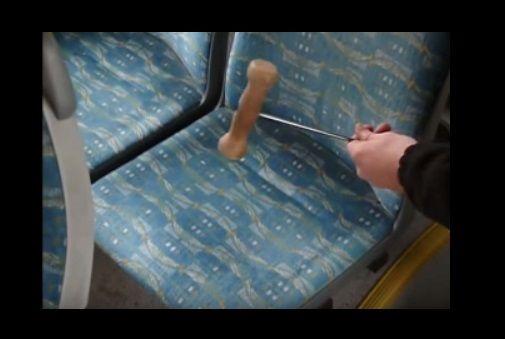 Kalapáccsal ráütött a buszon az ülésre. Ami utána történt? Kétszer is meggondolod, hova ülsz legközelebb!