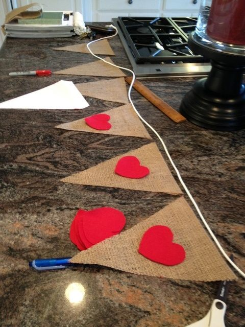 Burlap red hearts banner. #DIY #ValentinesDay