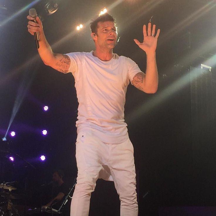 """""""Está noche juro que voy a dejar mi alma en este escenario . Les invito a volar y ser libres """"  #rickymartin #frontstage #concierto #madrid   via Instagram http://ift.tt/2rSIfFd"""