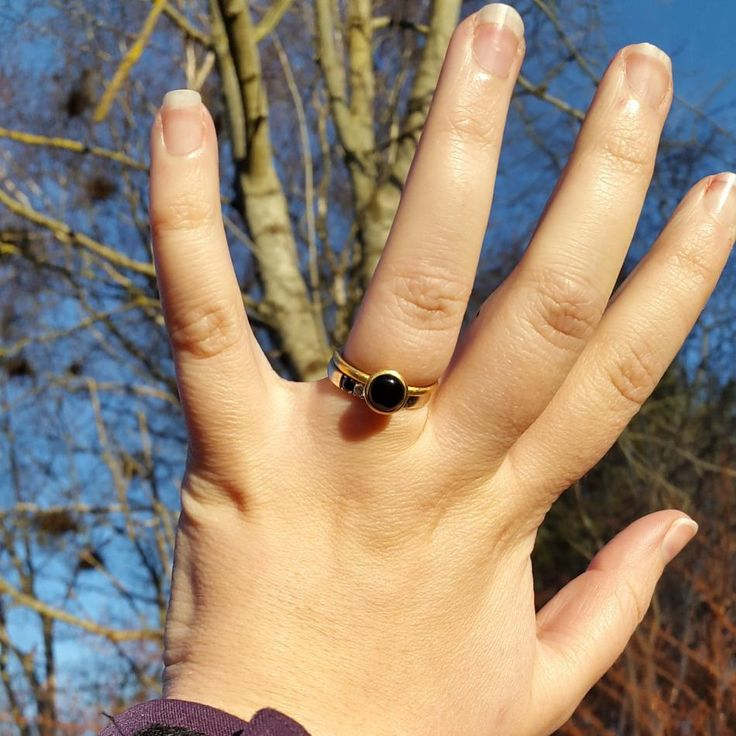 Når vintersolen giver dig farve og varme.  #hvisk #hviskstyling #hviskstylist #hviskjewellery #hviskwinter #Smykker #jewellery #ringen #fingerring #fingerringe #ring #ringe #rings #sølvforgyldt #sølvforgyldtring #enkoldvinterdag #vinterudensne #gåtur #natur #naturen #danmark #denmark #træer