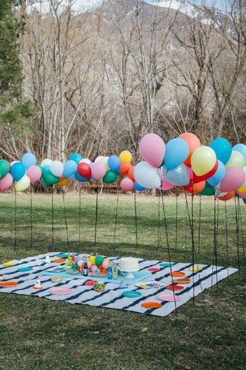 Festas ao ar livre podem ter custo zero com o espaço. Afinal, piquenique no parque não requer aluguel! E a decoração também pode ser simples, mas encantadora