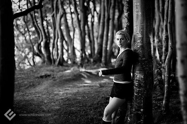 Tilda , #Kiel 2017 // #injury #injured #broken #leg #arm #shoulder #cast #casted #legcast #armcast #shouldercast #gipsarm #gipsbein #schultergips #verletzung #verletzt #verletzlich #fragile #gips #gipsverband #woods #wald #forest #trees #nature #bäume #woman #girl #frau #mädchen #female #weiblich #bun #zopf #dutt #blonde #haare #hair #schwarzweiß #blackandwhite