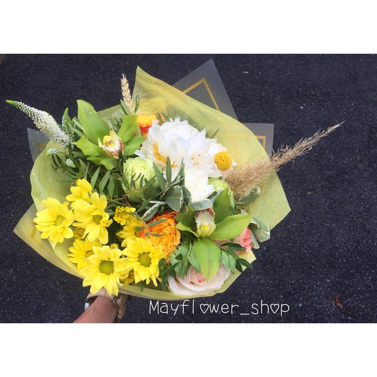 Желто-зелёный букет. Зеленые орхидеи, белые пионы, краспедия. Пшеница в букете