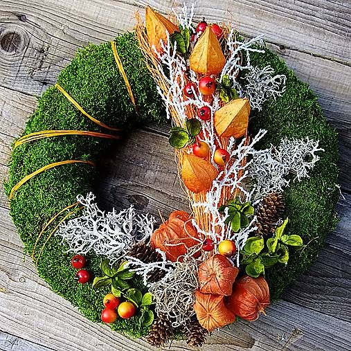 Dušičkový mecháček - mochyně Mechový věneček zdobený podzimně, do oranžových tónů v kombinaci se stříbrným lišejníkem.....Věneček je obalen mechem z obou stran. Dušičkové aranžma. Rozměr 32cm.