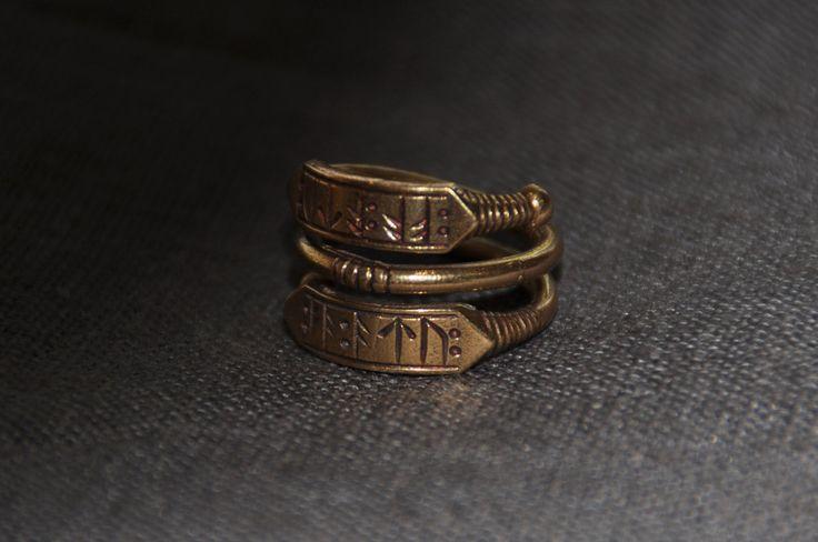Wikinger-Runen Ring einer Epoche des frühen Mittelalters (Ära der Wikinger)  ☛☛Bronze ☛☛ Größe zu regulieren, aber auf durchschnittlich 17,7 mm (7,5 U.S.)  Siehe auch https://www.etsy.com/ru/listing/483433227/sterling-silver-viking-runic-ring   Vielen Dank für Ihren Besuch auf unserem Shop. Haben Sie ein großer Tag, MedievalJewelry.etsy.com