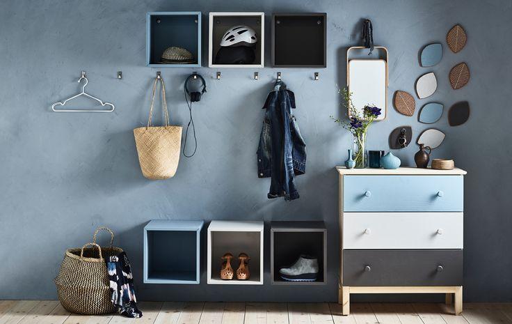 Per organizzare l'ingresso di una casa in condivisione, noi abbiamo utilizzato mobili da parete EKET di un colore diverso per ogni coinquilino. Si può dipingere con gli stessi colori anche la cassettiera TARVA - IKEA