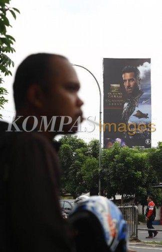 Reklame iklan rokok terpasang di kawasan Tendean, Jakarta Selatan, Senin (26/1/2015). Gubernur DKI Jakarta menerbitkan Peraturan Gubernur Nomor 1 Tahun 2015 tentang Larangan Penyelenggaraan Reklame Rokok dan Produk Tembakau pada Media Luar Ruang. Basuki menetapkan Pergub ini pada 7 Januari lalu
