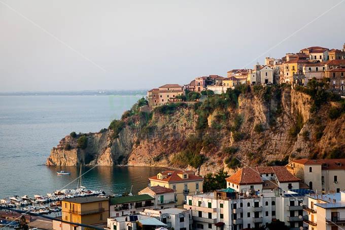 Cilento - Lo scoglio di Agropoli che sorregge la parte storica del paese storico #cilento