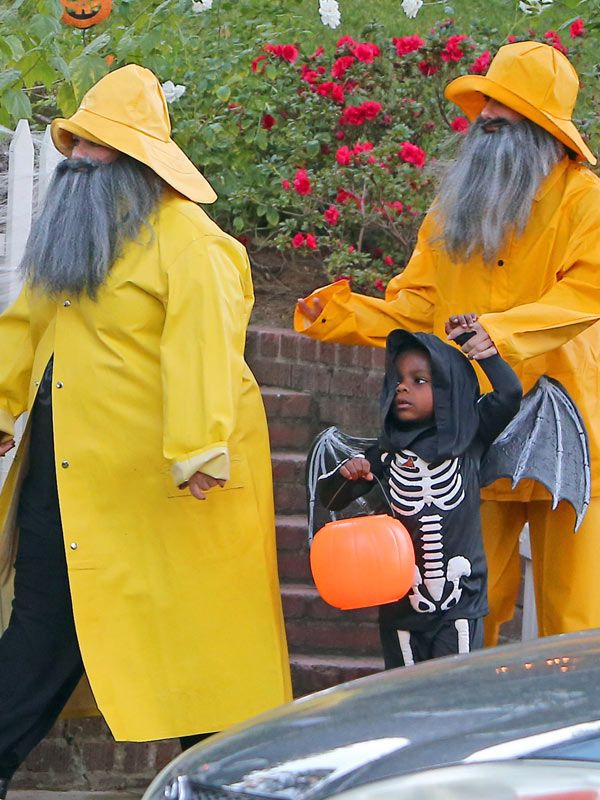 Sandra+Bullock,+Melissa+McCarthy+&+Kids+Go+Incognito Trick-Or-Treating