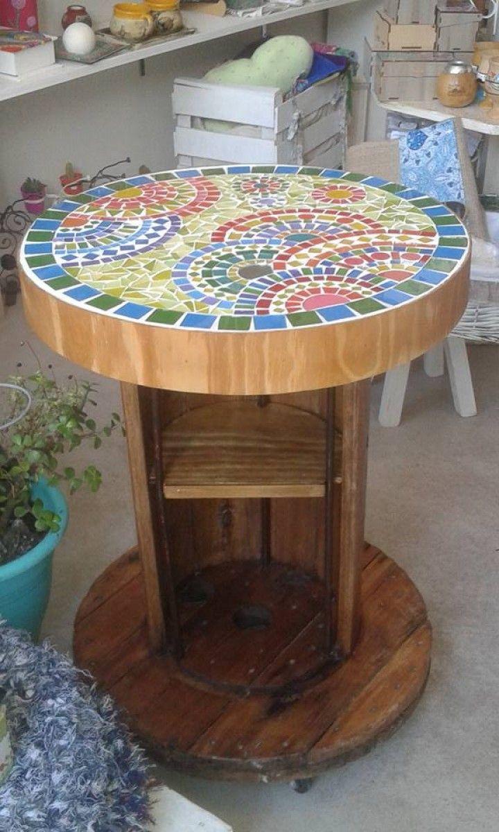 Mesita carretel con rueditas realizadas con la tecnica de vitromosaico (vidrios pintados a mano) con el diseño y color a eleccion