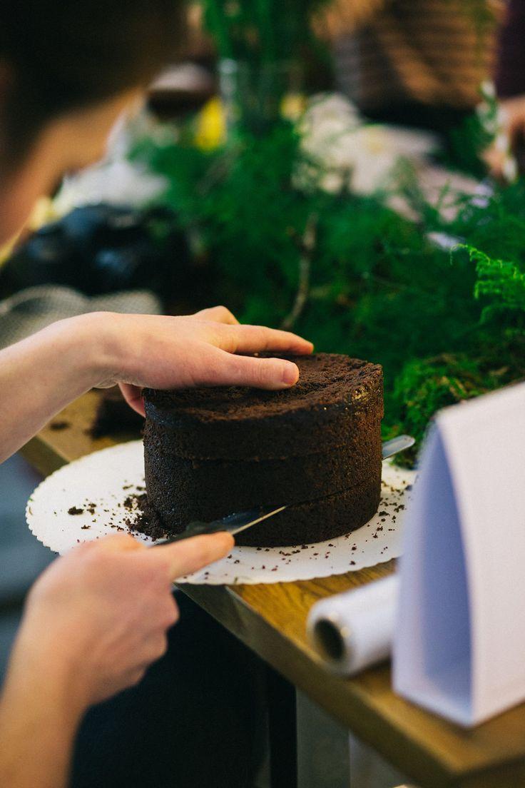 Wie ihr eure Hochzeitstorte ganz einfach selbst backen und dekorieren könnt zeigteuch die DIY Anleitung für einen trendigen Naked Cake