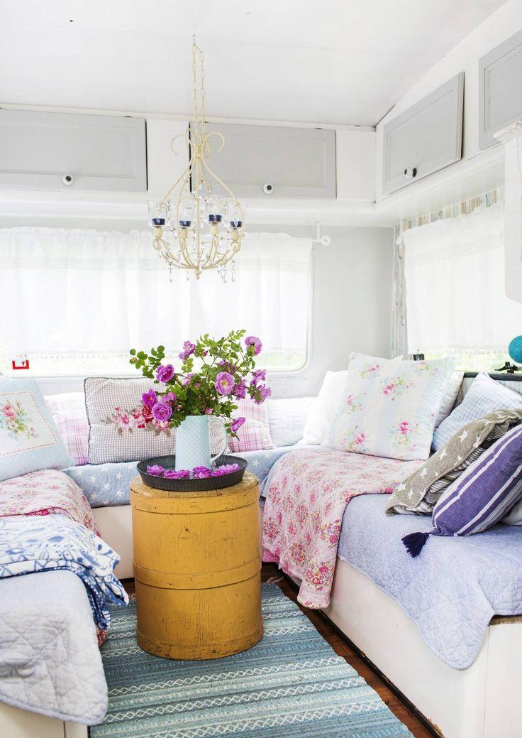 Ruusuja ja pilkkuja! Taistola asuntovaunu on hurjasta nimestään huolimatta söpö kuin mikä.