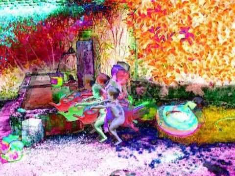 """BATEAU LAVOIR : en regardant mon fils transvaser de l'eau d'un lavoir dans son bâteau en plastique, l'inversion de son geste et toutes les fragilités qu'il révélait m'ont fascinée. qu'est-ce que révèleraient tous ces aller-retours? j'ai filmé son jeu puis décomposé et travaillé la colorimétrie image par image. Comme en chronophotographie, ce sont les traces indicibles d'entre-deux vidéogrammes que je cherchais à montrer, un """"corps"""" invisble et fragile né de la répétition..."""