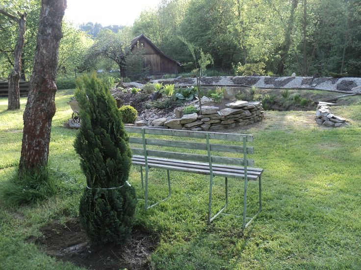 Začínáme budovat posezení ve venkovském stylu pod starou jabloní