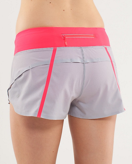 I like the zipper in the back, very convenient for running. <3