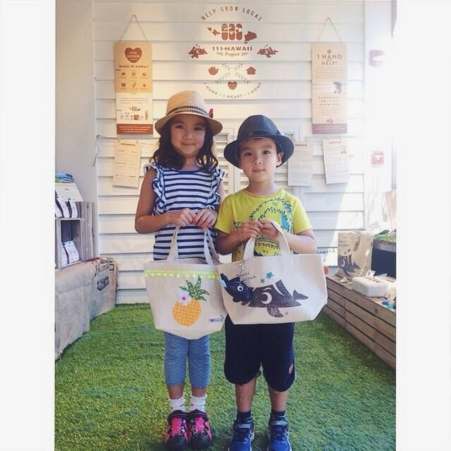 The kids look adorable with the Diamond Headolphin small tote bag & plushy key chain!