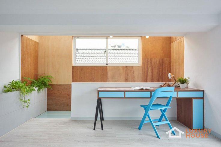 Реконструкция интерьера от HAO Design  Компания HAO Design работала над проектом реконструкции интерьера частного дома в городе Пиндун, Тайвань. Для создания баланса между пространством и освещением были демонтированы перегородки мезонина. Верхний этаж трансформирован в открытую библиотеку. Это позволило увеличить уровень освещения гостиной на первом этаже. Огромное окно в зоне столовой служит источником света, а уменьшенный и смещенный подоконник превратился в удобную скамью.  Больше фото…