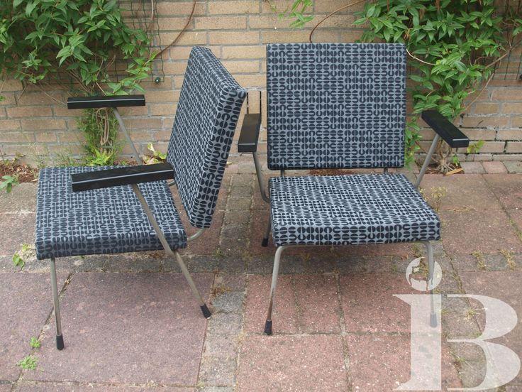Twee Gispen stoelen hebben nieuwe kussens en een nieuwe bekleding gekregen.