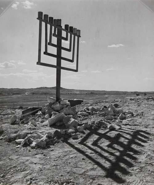© Robert Capa (aka Endre Ernö Friedmann) - Improvised Menorah, Negev / Israel, 1951. S)