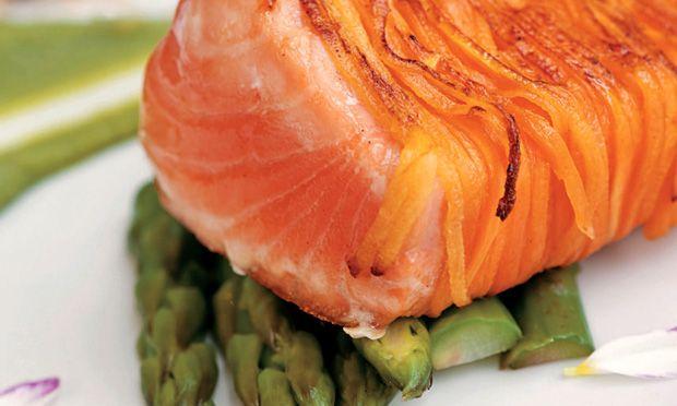 Carne Branca: Filé de Salmon Grelhado, com cenoura, purê de brócolis e quinua salteada.
