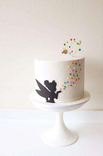 ティンカーベルがとってもキュートな誕生日ケーキです。シンプルなのに印象的ですね。